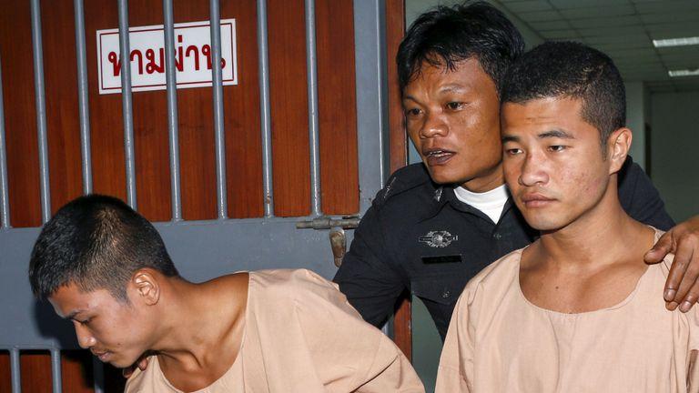 Zaw Lin (à gauche) et Win Zaw Htun (à droite) quittent le tribunal après avoir été condamnés à mort en décembre 2015