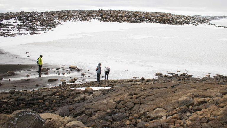 Les gens regardent la neige sur le vieux glacier