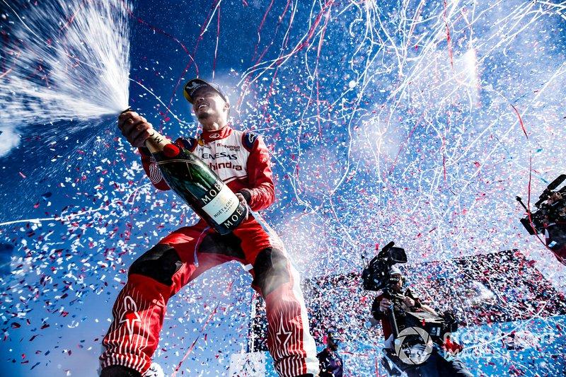 Pascal Wehrlein, Mahindra Racing, célèbre son premier podium sur le podium