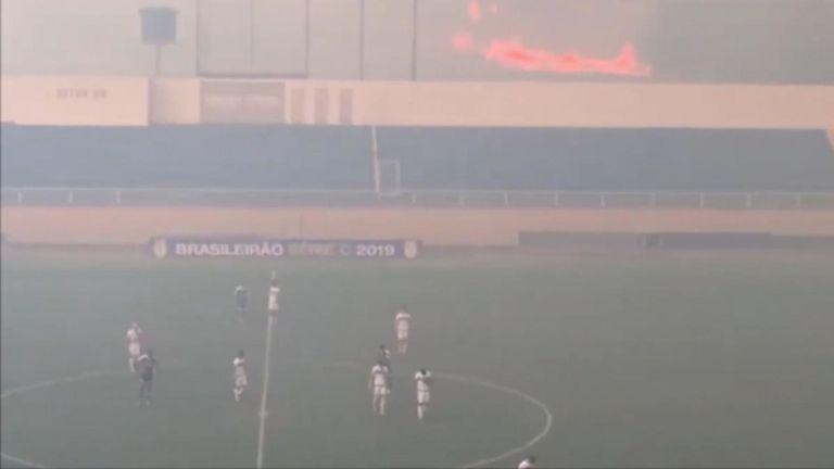 Un match de football de la ligue aux abords de la forêt amazonienne a été contraint de s'arrêter pendant un certain temps en raison de la fumée d'un incendie de forêt à proximité