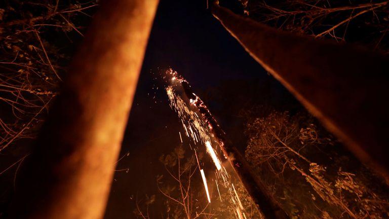 Une portion de la jungle amazonienne brûle lorsqu'elle est nettoyée par des bûcherons et des agriculteurs à Porto Velho, au Brésil, le 24 août 2019. REUTERS / Ueslei Marcelino