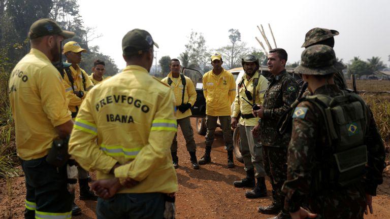 Des soldats brésiliens informent les pompiers lors d'une opération de lutte contre les incendies dans la jungle amazonienne à Porto Velho, au Brésil, le 25 août 2019. REUTERS / Ricardo Moraes