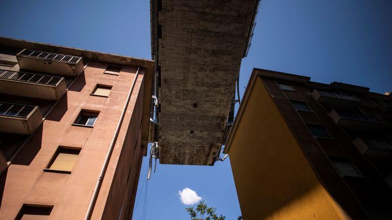 Les immeubles d'habitation sont vus sous le pont de l'autoroute Morandi