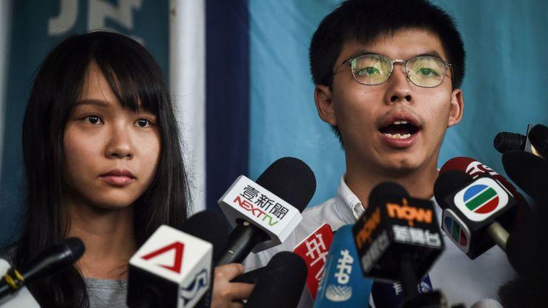 HONG KONG, CHINE - 30 AOÛT: Agnes Chow (à gauche) et Joshua Wong, militants démocrates de Hong Kong, s'adressent aux médias après leur arrestation et leur libération sous caution le 30 août 2019 à Hong Kong, Chine