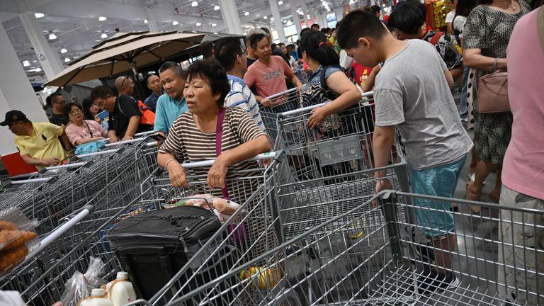 Les gens visitent le premier point de vente Costco en Chine, le jour de l'ouverture des magasins à Shanghai le 27 août 2019