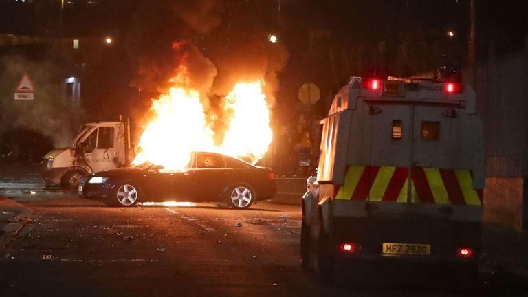 véhicules détournés, un incendie à Creggan, Londonderry. ASSOCIATION DE PRESSE Photo. La date de la photo est le jeudi 18 avril 2019. Le crédit photo devrait se lire comme suit: Niall Carson / PA Wire