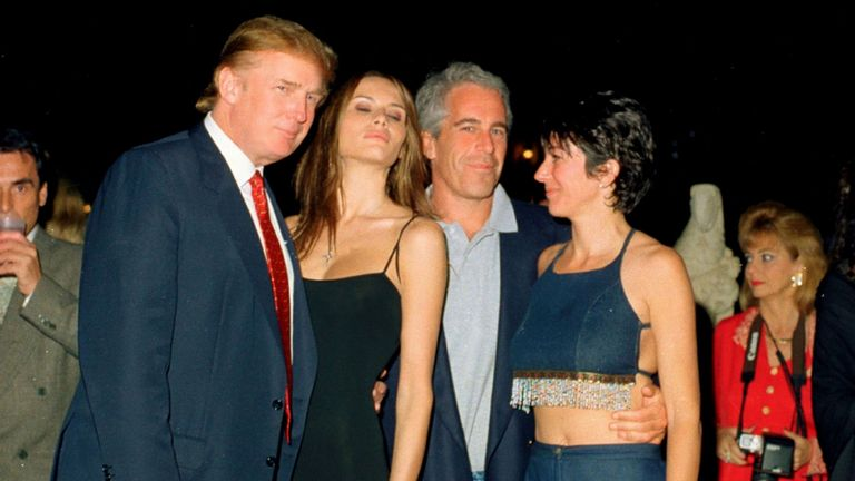 Donald Trump, Melania Trump, Jeffrey Epstein et Ghislaine Maxwell posent ensemble au club Mar-a-Lago de Palm Beach, en Floride, le 12 février 2000.