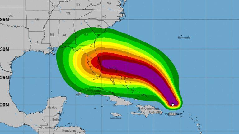 Une prévision du National Hurricane Center sur la trajectoire de l'ouragan Dorian