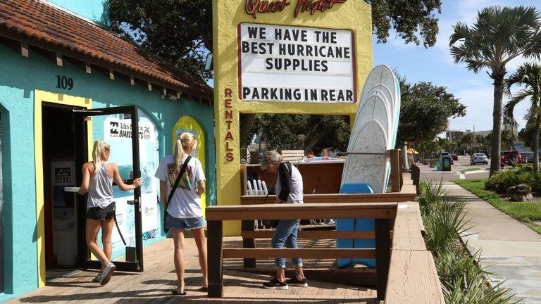 Un magasin de surf annonce les fournitures pour ouragan alors que l'ouragan Dorian s'approche de la côte à Cocoa Beach, en Floride