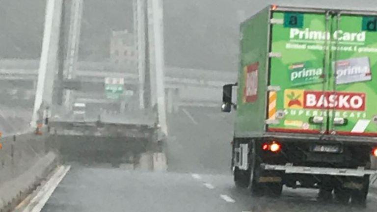 Un camion vert a été laissé sur le bord près du bord. Pic: @belcastrotw