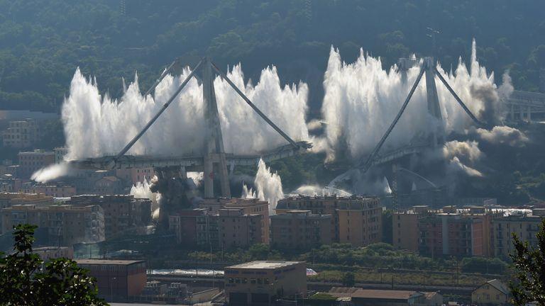 Les vestiges du pont Morandi qui s'est effondré sont détruits par une explosion contrôlée à Gênes.