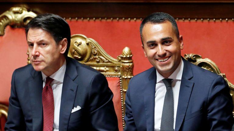 Le Vice-Premier ministre italien et ministre du Travail, Luigi di Maio, et le Premier ministre italien, Giuseppe Conte, réagissent lors d'une session de la chambre haute du Parlement