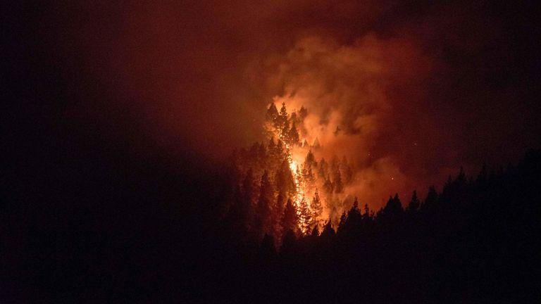 Les incendies se sont étendus dans deux directions différentes et ont brûlé 1 700 hectares (4 200 acres).