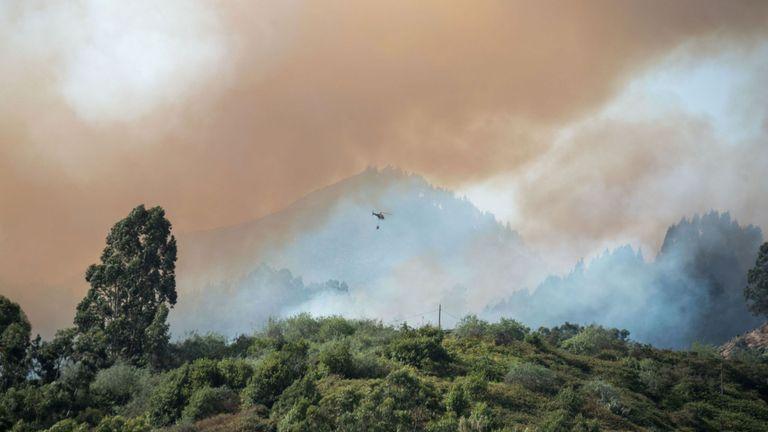 Neuf hélicoptères et deux avions font partie des efforts de lutte contre l'incendie