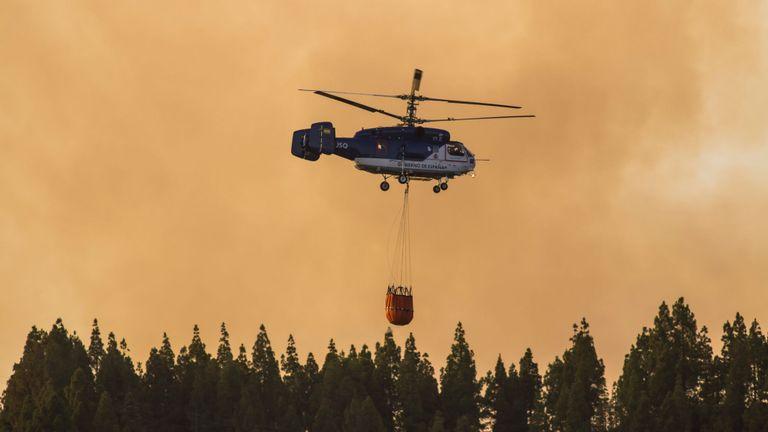 Des hélicoptères transportent de l'eau pour se déposer sur le feu près de Valleseco
