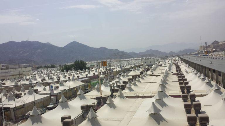 De vastes villes sous tentes dominent les zones en dehors de la Mecque