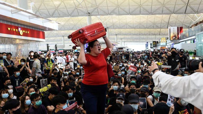 Le sit-in empêchait quasiment tout le monde de s'enregistrer et de se déplacer dans l'aire de départ.