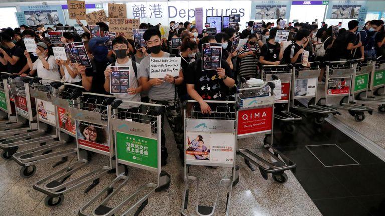 Les manifestants se sont barricadés avec des chariots à bagages