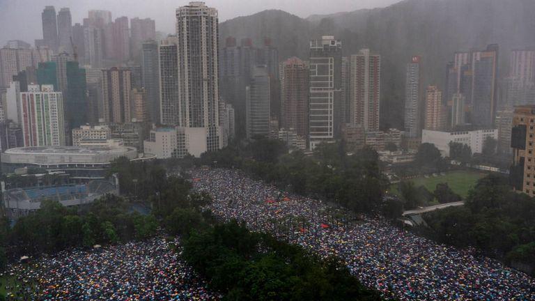 Des centaines de milliers de personnes se rassemblent dans les rues de Hong Kong