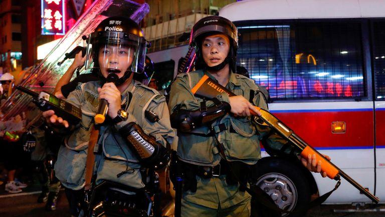 Des bureaux anti-émeute ont repoussé les manifestants des environs du poste de police de Mong Kok