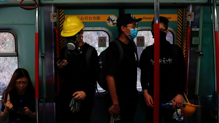 Des gaz lacrymogènes ont été tirés après une confrontation dans une gare de Tai Wai