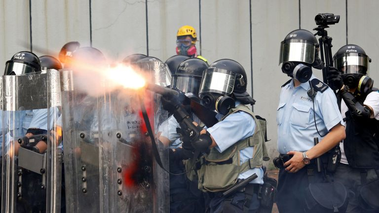 Des officiers de police tirent des gaz lacrymogènes alors que des manifestants contre des projets de loi anti-extradition manifestent dans le quartier de Sham Shui Po à Hong Kong, Chine, le 11 août 2019.