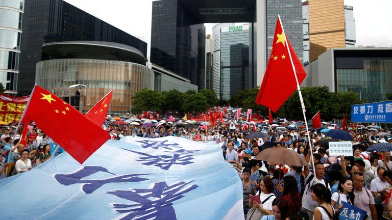 Des manifestants lors d'un rassemblement pro-policier à Hong Kong sous le drapeau chinois