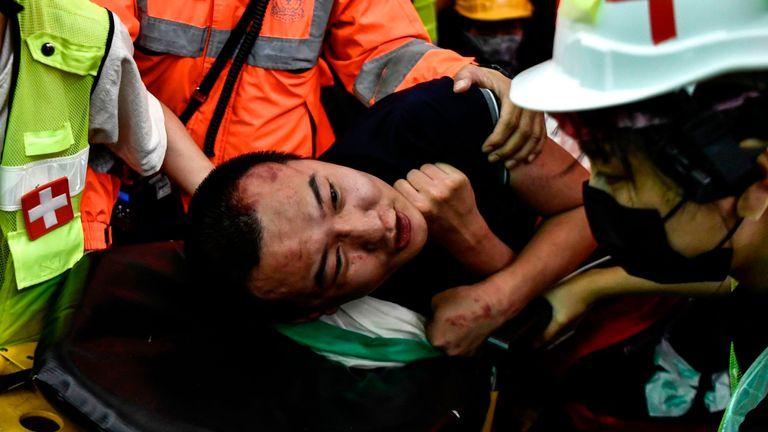 Un homme blessé est sauvé par des médecins