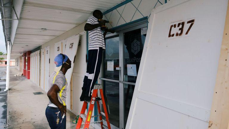 Les habitants se préparent au passage de l'ouragan Dorian aux Bahamas