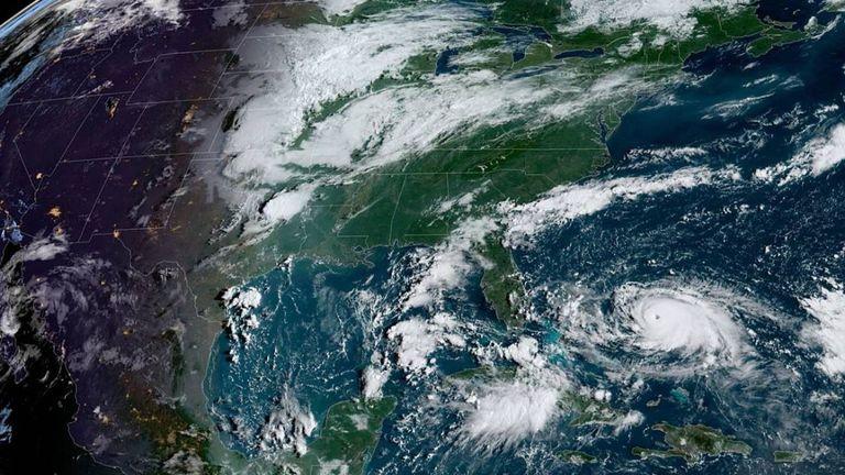 La tempête devrait maintenant contourner la côte le long de la Géorgie et continuer vers le nord en direction des Carolines. Pic: NHC
