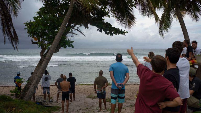Les gens attendent l'arrivée de ce qui était alors la tempête tropicale Dorian à Porto Rico mercredi