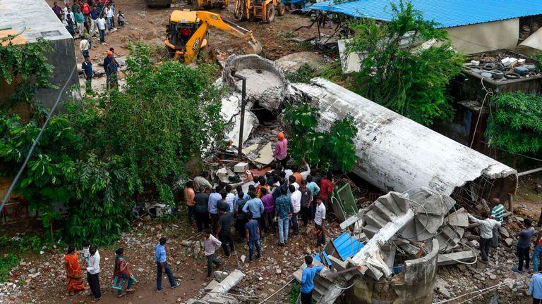Une opération de recherche est en cours après l'effondrement d'un réservoir d'eau en amont à Ahmedabad suite aux fortes pluies.