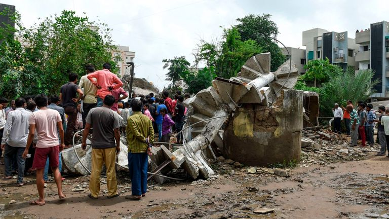 Des secouristes recherchent des survivants après l'effondrement d'un réservoir d'eau suspendu en raison des fortes pluies à Ahmedabad, tuant au moins trois personnes