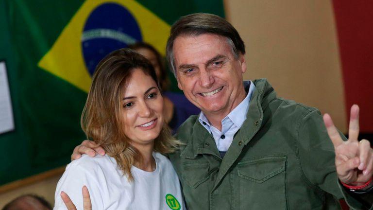 BRÉSIL-ÉLECTION-RUNOFF-BOLSONARO Jair Bolsonaro, député d'extrême droite et candidat à la présidence du Parti social libéral (PSL), pose avec son épouse Michelle alors qu'ils arrivent pour voter, dans un bureau de vote à Rio de Janeiro, au Brésil, le 28 octobre 2018 (photo de RICARDO MORAES / POOL / AFP) (Le crédit photo doit se lire comme suit: RICARDO MORAES / AFP / Getty Images)