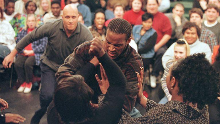 Un invité attaque la personne qu'il pensait être sa petite amie et s'est avéré être une transsexuelle le 17 décembre 1997 lors du Jerry Springer Show