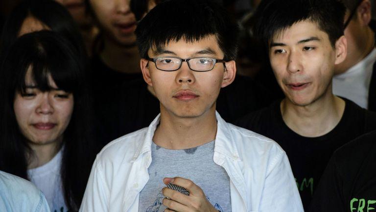 Joshua Wong (C), dirigeant du mouvement parapluie de Hong Kong, observe les médias avant de prononcer sa sentence avant sa condamnation devant la Haute Cour de Hong Kong le 17 août 2017.