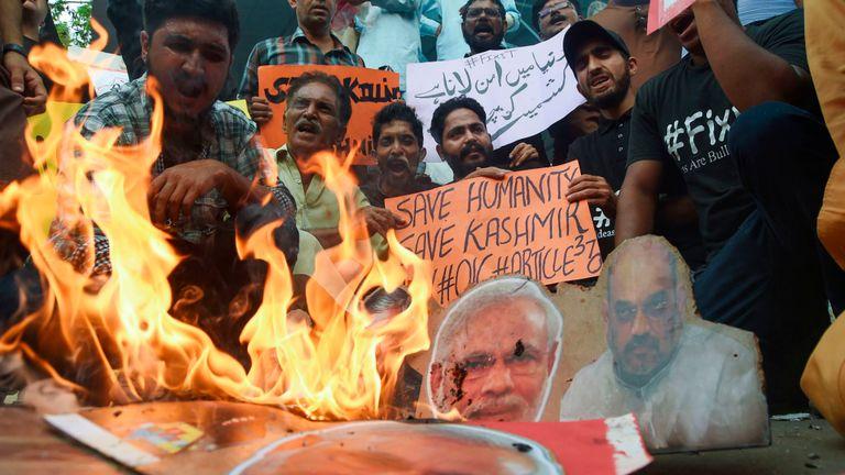 Des gens ont brûlé des images du Premier ministre indien