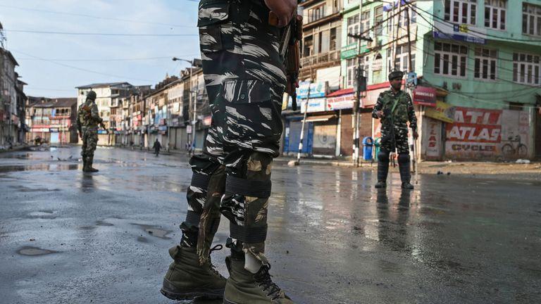Des soldats patrouillent dans les rues de Srinagar, la plus grande ville du Cachemire sous administration indienne.