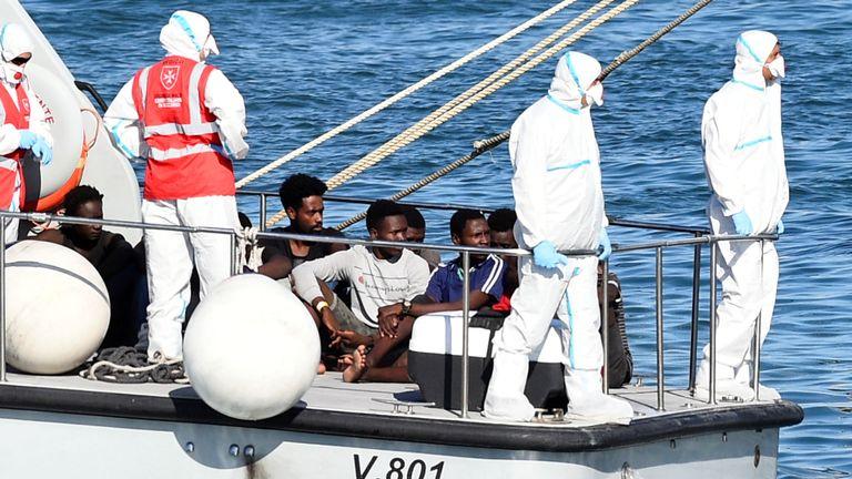 La police a emmené les mineurs du bateau et les a emmenés à Lampedusa