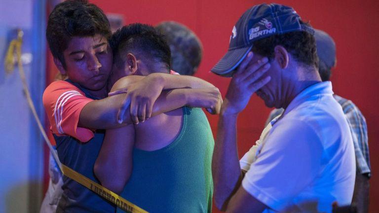 Des personnes réagissent devant un bar où 23 personnes ont été tuées par un incendie à Coatzacoalcos, Veracruz le 28 août 2019. - Au moins 23 personnes ont été tuées et 13 grièvement blessées dans un incendie au bar Caballo Blanco (White Horse bar), dans l'est du Mexique. est en cours d'enquête comme une attaque selon les autorités mexicaines. (Photo par ANGEL HERNANDEZ / AFP) (Le crédit photo devrait correspondre à ANGEL HERNANDEZ / AFP / Getty Images)