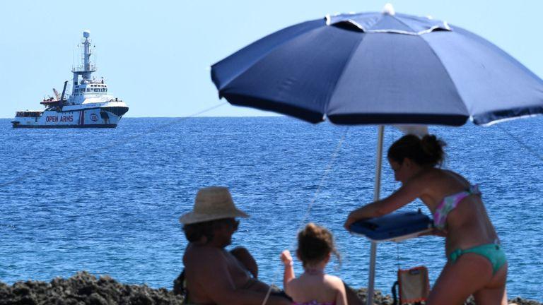 Le bateau est juste au large de la côte de l'île de Lampedusa