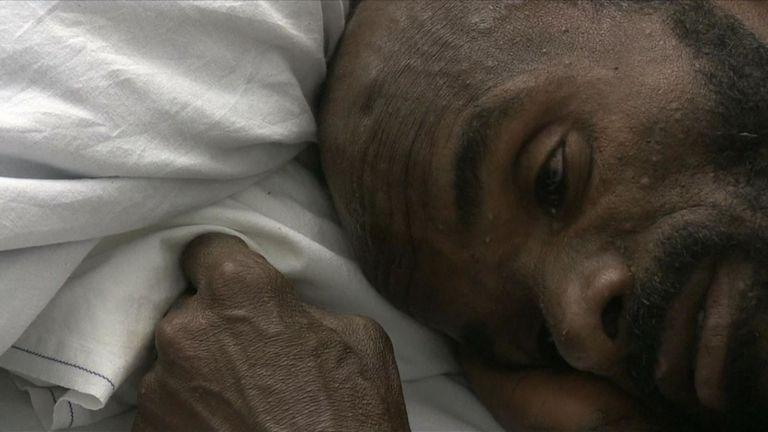 M. Oga a dû pousser les corps de ses compagnons morts à la mer