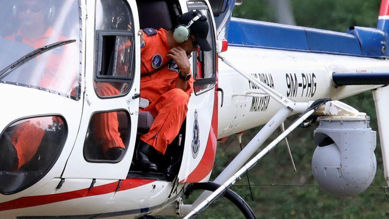Un hélicoptère de police équipé d'une caméra à imagerie thermique participe à la recherche