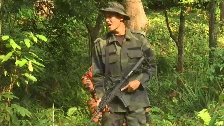 Des membres du Senoi Praq, une équipe de police composée de traqueurs autochtones, ont crié le nom de la fille disparue dans une jungle dense.