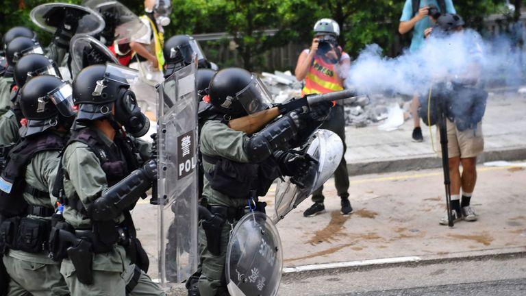 La police tire des gaz lacrymogènes