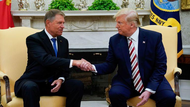 Donald Trump serre la main du président roumain Klaus Iohannis lors d'une réunion dans le bureau ovale
