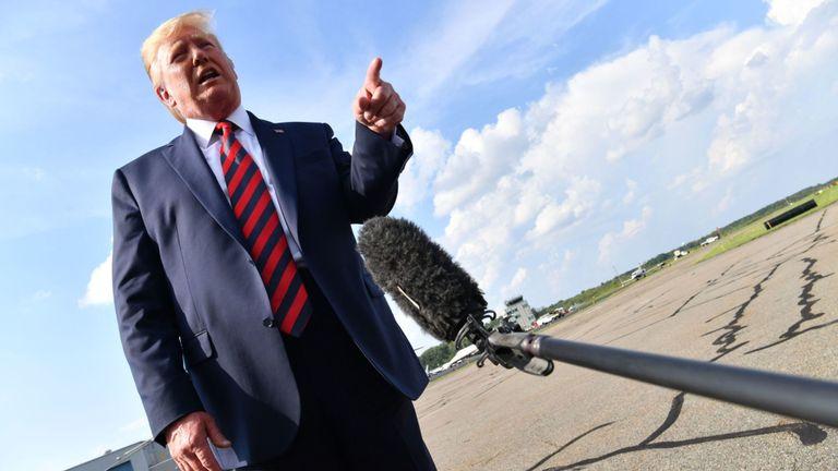 Le président des États-Unis, Donald Trump, s'adresse à la presse avant d'embarquer dans l'Air Force One à Morristown, dans le New Jersey, le 18 août 2019. (Photo de Nicholas Kamm / AFP) (Le crédit photo devrait correspondre à NICHOLAS KAMM / AFP / Getty Images)