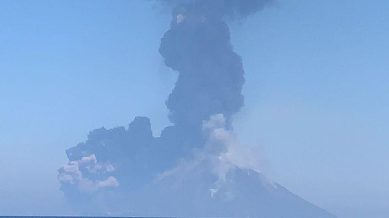 Une fumée de l'éruption du volcan s'élève sur Srtomboli, en Italie, le 28 août 2019, sur cette image obtenue des médias sociaux. Nicole Bremner / via REUTERS À L'ATTENTION DES RÉDACTEURS - CETTE IMAGE A ÉTÉ FOURNIE PAR UN TIERS. CRÉDIT OBLIGATOIRE.
