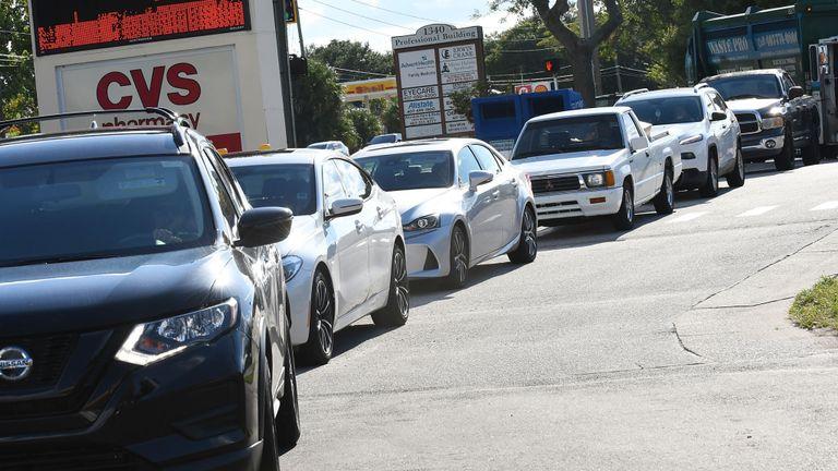 Des automobilistes à Winter Springs, en Floride, font la queue pour faire le plein d'essence avant la tempête