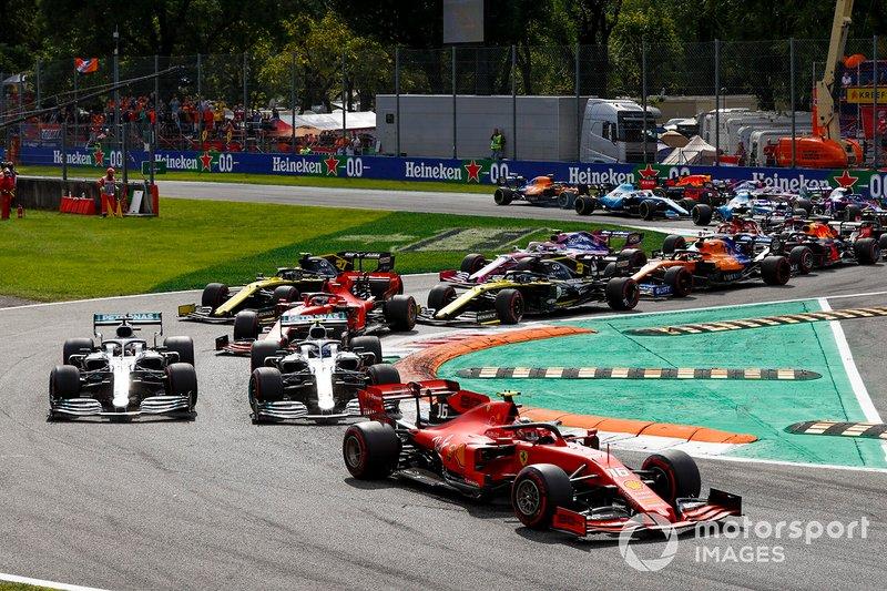 Charles Leclerc, Ferrari SF90 en tête Lewis Hamilton, Mercedes AMG F1 W10 et Valtteri Bottas, Mercedes AMG W10 au début de la course